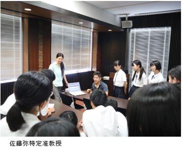 福岡県立明善高校の生徒54名がセンターを訪問し、吉岡洋特定教授、阿部修士特定准教授、佐藤弥特定准教授、上田祥行特定講師の講義を受けました