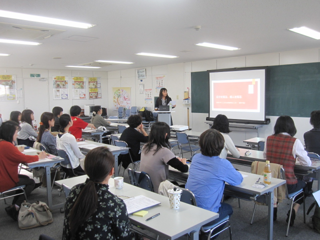Dr. Hatanaka Gives a Lecture at the 2017 Nutrition Teacher Support Seminar